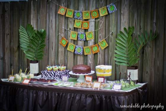 Fun jungle theme baby shower baby shower ideas themes for Baby shower safari decoration