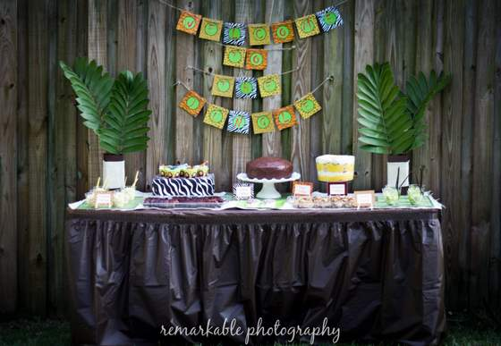 Fun jungle theme baby shower baby shower ideas themes for Baby shower party junge